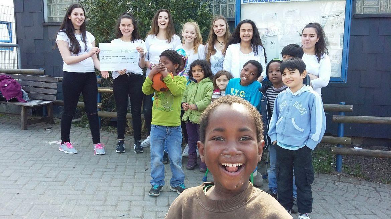 Schülerinnen backen fürs Friedensdorf