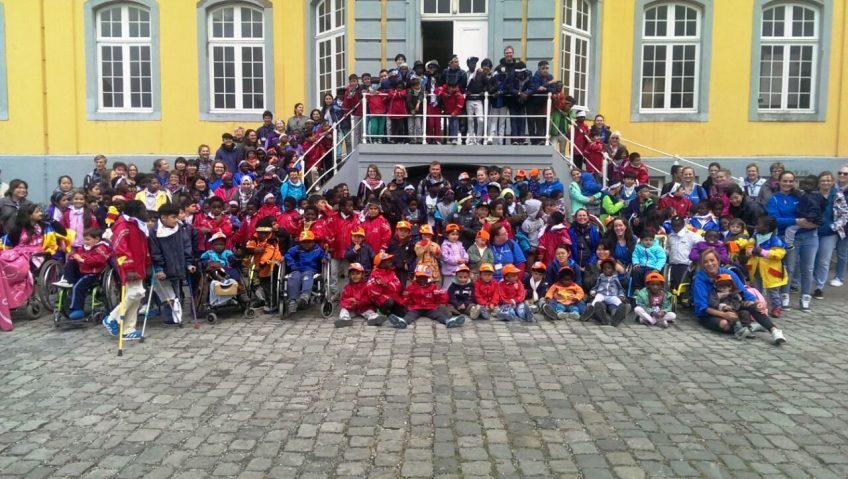 Friedensdorf-Kinder in der Märchenwelt