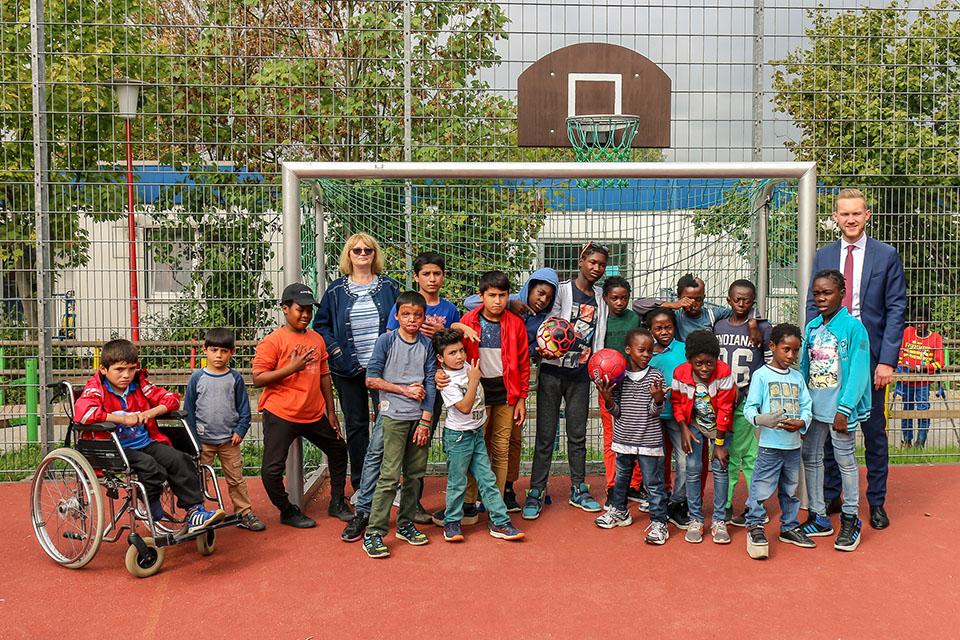 64 WM-Bälle für die Kinder des Friedensdorfes