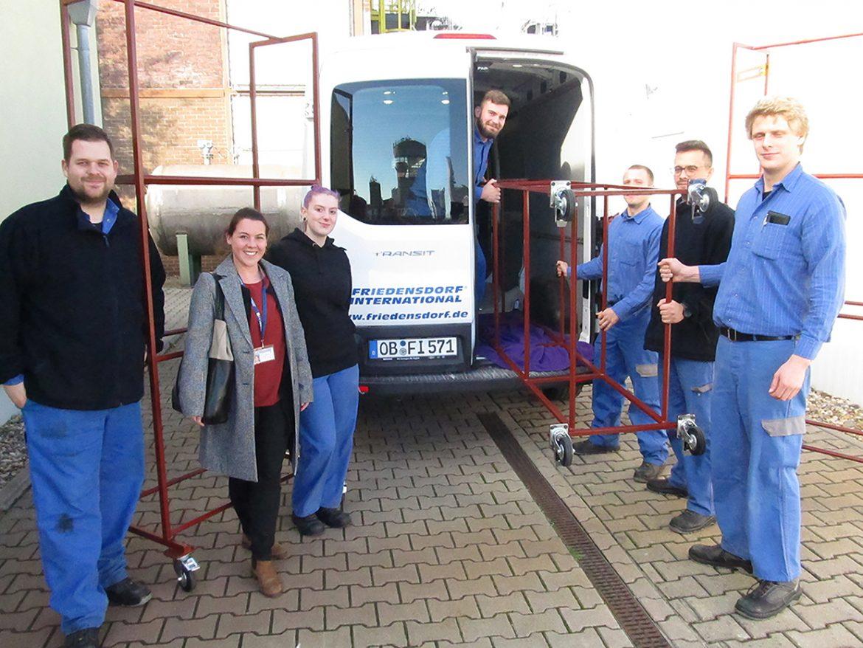 Azubis der Oxea Services GmbH bauen Reifenständer