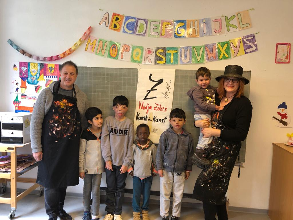 Düsseldorfer Schönheitschirurg malt mit Friedensdorf-Kindern