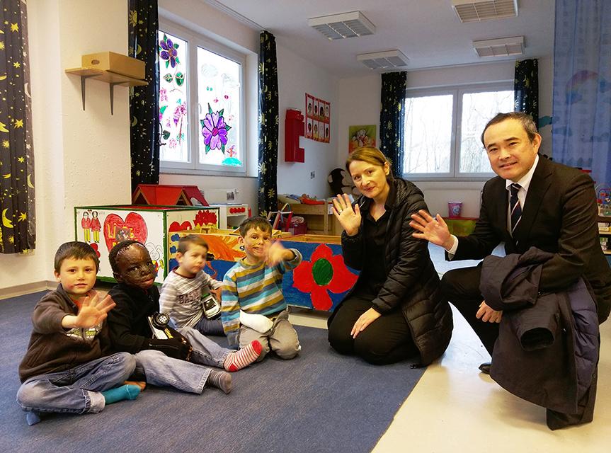 Mitarbeiter der Mizohu Bank spenden für Friedensdorf International