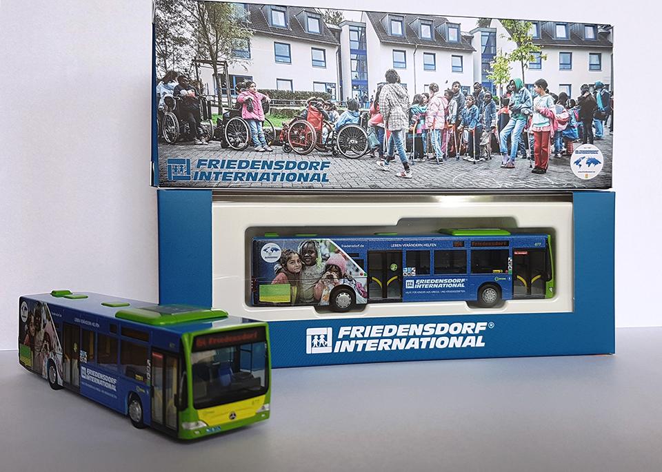 Modellbus mit Friedensbotschaft