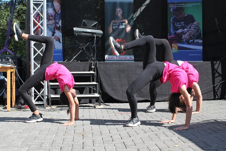 Eine Akrobatik-Gruppe zeigt dem Publikum was sie drauf hat.