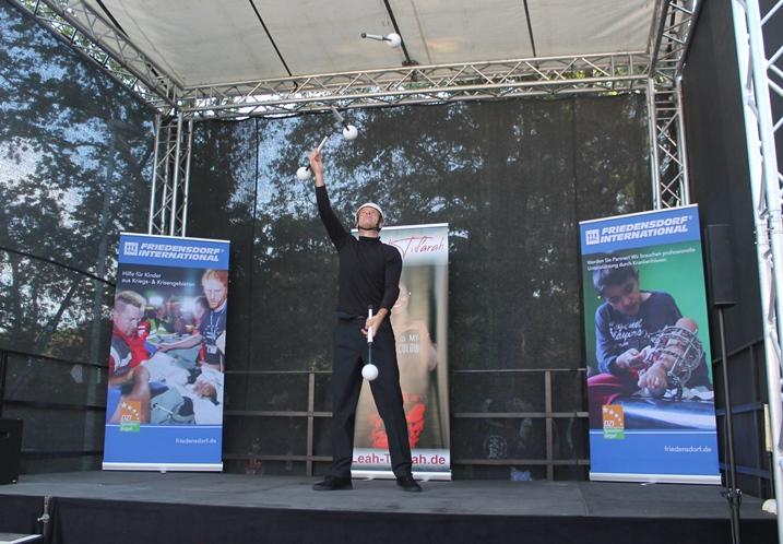 Der Jongleur Felix Feldmann eröffnete das Programm auf dem Dorffest.