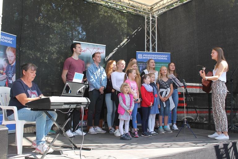 Der Kinder- und Jugendchor aus Duisburg verzaubert die Zuhörer.