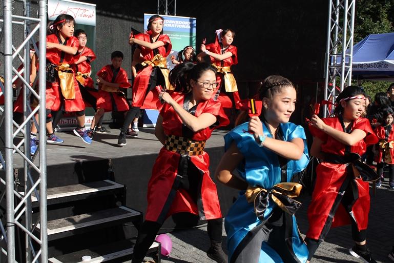 """Die Tanzgruppe """"Todoroki"""" aus Maastricht zeigt japanischen Tanz..."""