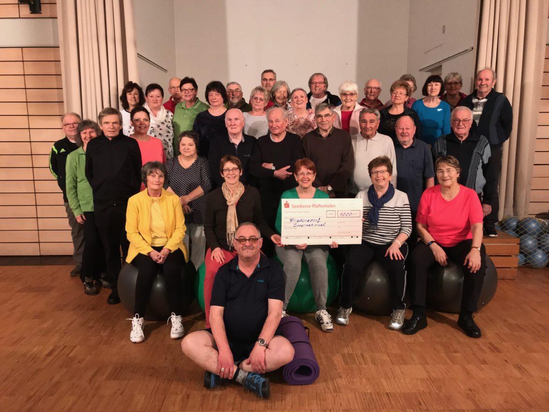 Reha-Gruppen des Tanzstudios Scherg spenden an das Friedensdorf
