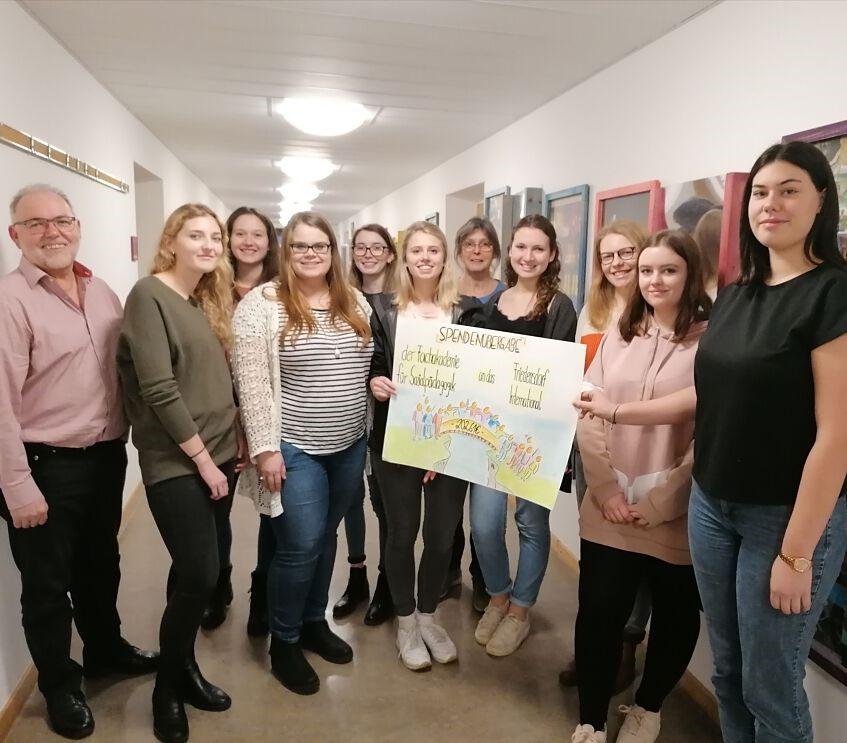 Fachakademie für Sozialpädagogik übergibt Spende an das Friedensdorf