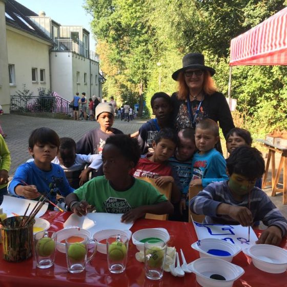 Am Stand der Künstlerin Nadja Zikes können die Friedensdorf-Kinder ihrer Kreativität freien Lauf lassen. (Foto: 2016)