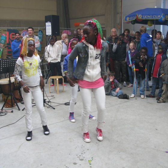 Auch die Friedensdorf-Kinder singen und tanzen gerne für die Besucher (Foto:2013)