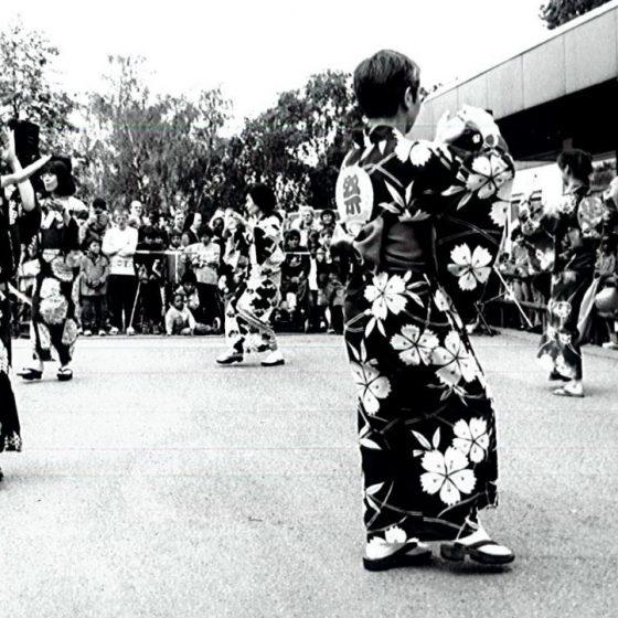 Friedensdorf-Mitarbeiterin Maki Nakaoka tanzte 2002 auf dem Dorffest einen traditionellen japanischen Tanz.