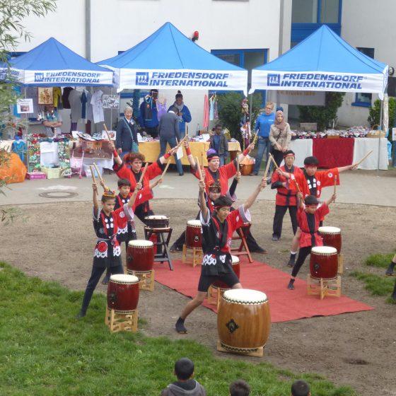 Die Taiko-Kids treten regelmäßig auf dem Dorffest auf. (Foto: 2015)