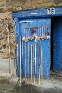 Blaue Tür mit Wanderstöcken am Jakobsweg