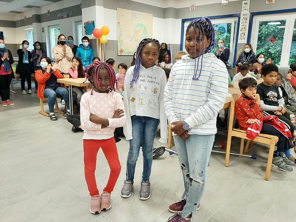 Angolanische Kinder feiern ihre Genesung